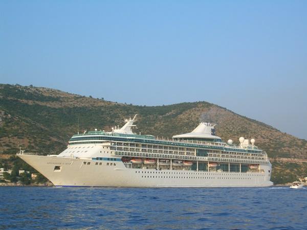 Cruise ship departing from Gruz port