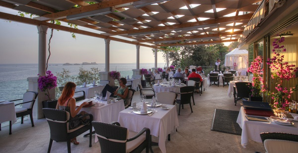 The à la carte Restaurant More serves traditional Mediterranean and international cuisine